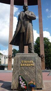 Bandera_monument_(Lviv)