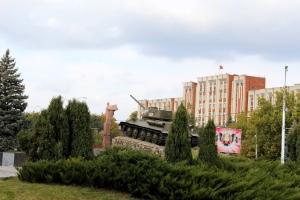 Un char de la 14ème armée russe fait face au Soviet Suprême à Tiraspol. La Transnistrie est née d'une guerre violente en 1992.  Photo: Damien Dubuc
