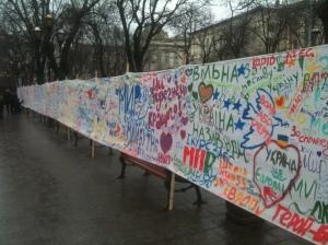 Dans le centre de Lviv, un panneau affiche les demandes, espoirs et frustrations des citoyens. Les protestations à Lviv bénéficient du soutien et de la protection des autorités.