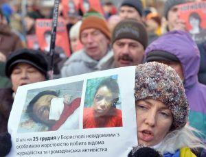 607450-une-femme-brandit-des-photos-de-la-journaliste-d-opposition-agressee-tetiana-tchornovol-lors-d-une-m