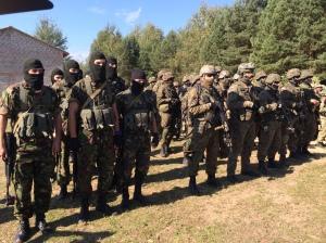 Des soldats ukrainiens et polonais au repos après un exercice.
