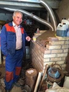 Oleksandr Gerasymenko devant le système de chauffage qu'il a lui-même construit.  Shpytki, 28/09/2014