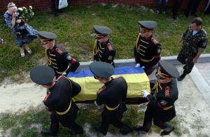 A Lviv, le 18 juillet, les obsèques d'un soldat ukrainien mort en opération contre les prorusses. (Photo Yurko Dyachysyn. AFP)
