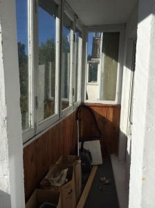 Nikolai Gorokhov a passé l'été à colmater son balcon. Les murs extérieurs de son appartement ont été isolés auparavant.