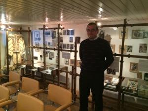 L'historien Taras Bublik devant une exposition sur l'époque clandestine de l'Eglise gréco-catholique, Université Catholique Ukrainienne.