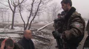 Givi menaçant des prisonniers ukrainiens. Capture d'écran.