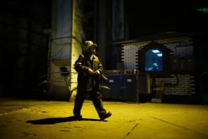 """Un ouvrier dans le bâtiment du convertisseur sidérurgique, complexe """"Illitch"""". Photo: Filip Warwick."""
