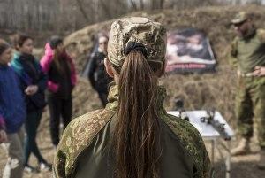 Un groupe de jeunes filles assiste à la présentation de différentes armes à feu, fin mars 2014.