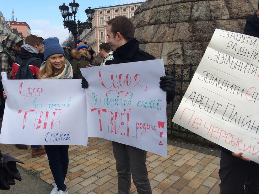 France Culture: Une manifestation pour soutenir la police? A Kiev, biensûr.