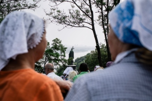 Kiev, Ukraine, 27 july 2016. Participants of the meeting facing the monument of St Volodimir. Two pilgrimmages organized by the Ukrainian Orthodox Church under the Moscow Patriarchate [OUC MP] and departing from opposed sides of the country (Ternopil oblast and Donetsk oblast) gathered today near St. Volodimir Hill to commemorate the eve of the Festival of the Baptism of Kyivan Rus. To avoid clashes with nationalists activists, ukrainian authorities mobilized more than 6000 policemen and installed security controls at the beginning of the march. © Credit: Niels Ackermann / Lundi13
