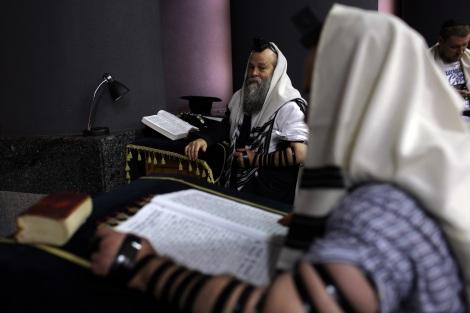 Le Rabin Shmuel Kaminetzky assiste ˆ une prire matinale, dans le synagogue Golden Rose, ˆ Dnipro, en Ukraine, le 8 septembre 2016.